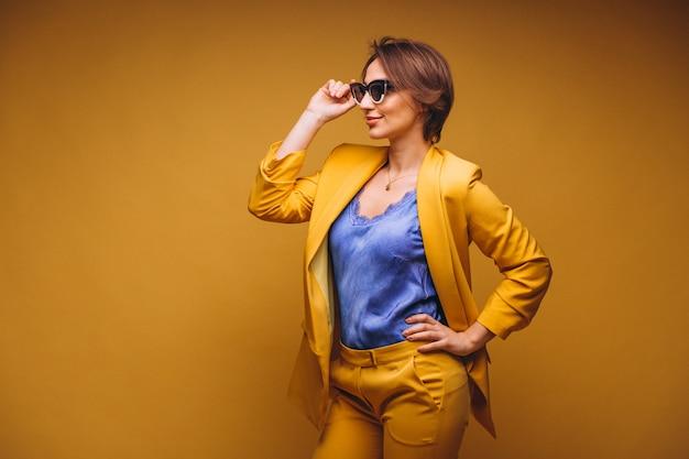 Portrait de femme en costume jaune isolé Photo gratuit