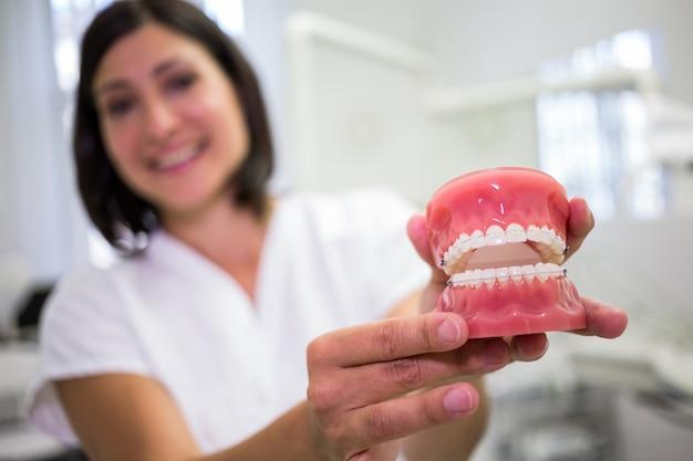 Portrait, Femme, Dentiste, Tenue, Ensemble, Dentiers Photo gratuit