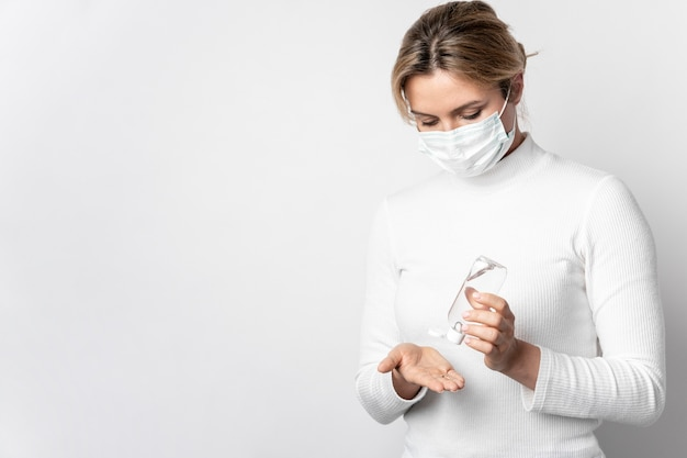 Portrait De Femme Désinfectant Les Mains Avec Du Gel Photo gratuit