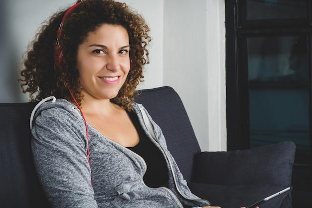 Portrait de femme écoutant de la musique avec des écouteurs Photo Premium