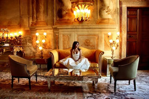Portrait de femme élégante dans un hôtel de luxe Photo Premium