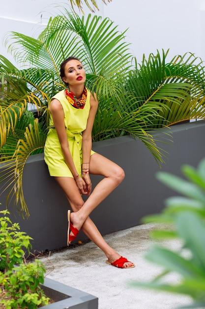 Portrait De Femme élégante De Mode En Robe Jaune Et Foulard Dans Le Jardin Tropical Photo gratuit