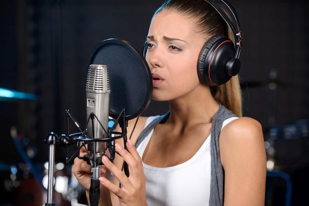 Portrait de femme enregistrant une chanson dans un studio professionnel Photo Premium