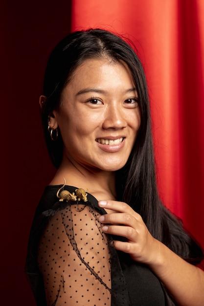 Portrait de femme avec figurine de rat pour le nouvel an chinois Photo gratuit