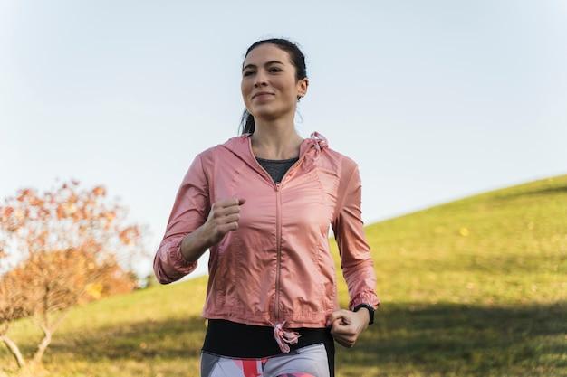 Portrait de femme fit courir dans le parc Photo gratuit
