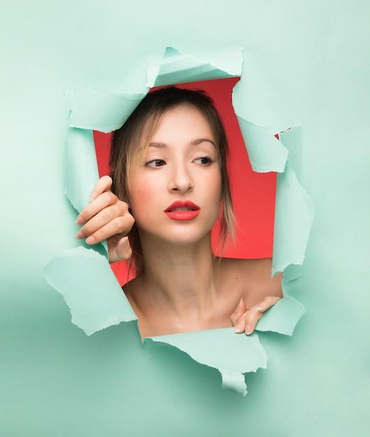 Portrait de femme sur fond bleu Photo gratuit