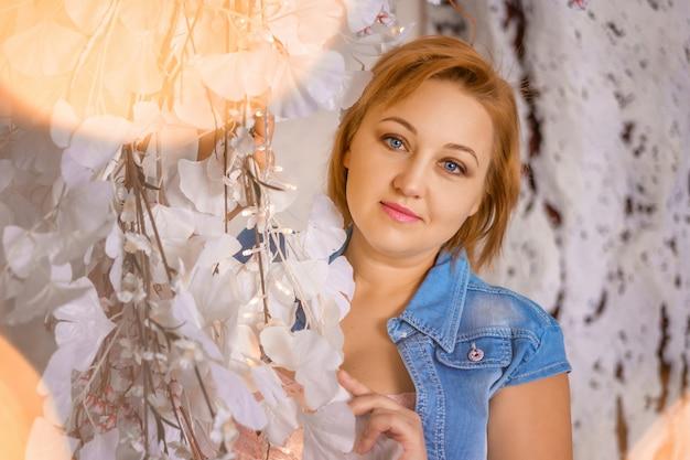Portrait d'une femme sur fond de fleurs Photo Premium