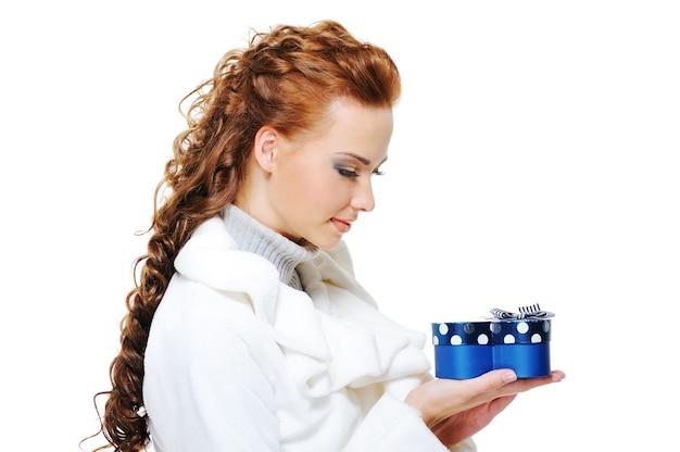 Portrait D'une Femme Heureuse En Manteau De Fourrure Blanche Avec Boîte Cadeau Bleu Photo gratuit