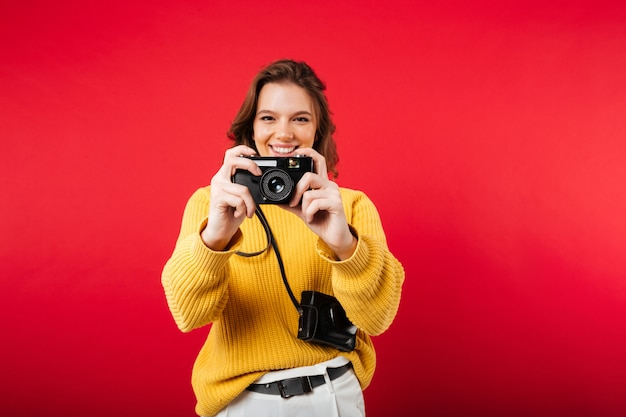 Portrait D'une Femme Heureuse En Prenant Une Photo Photo gratuit
