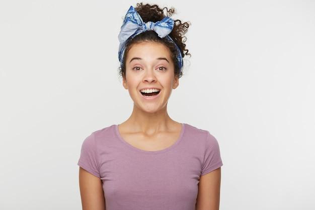 Portrait De Femme Heureuse Soudainement Ravie Avec Une Expression Positive, Vêtue D'un T-shirt Décontracté Et D'un Bandeau élégant Photo gratuit