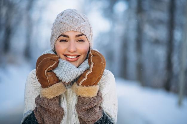 Portrait de femme heureuse à winter park Photo gratuit