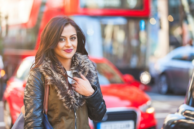 Portrait de femme indienne à londres Photo Premium