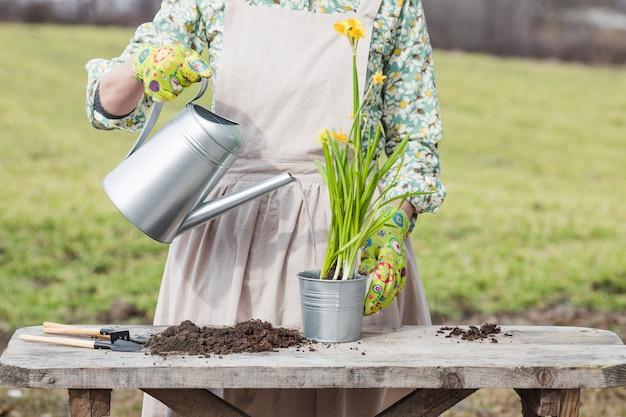 Portrait de femme jardinage Photo gratuit