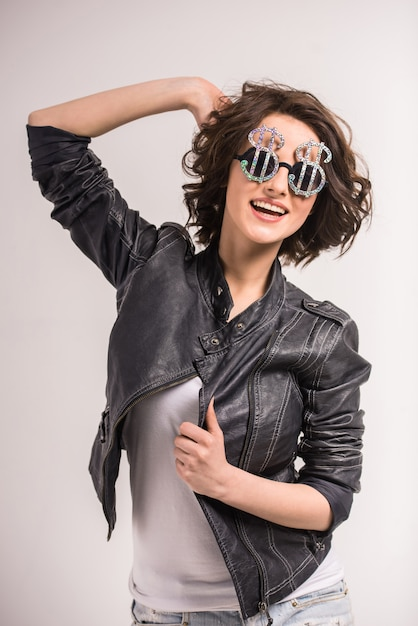Portrait de femme jeune beauté souriante en lunettes de soleil. Photo Premium