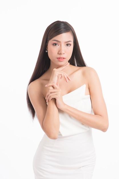 Portrait de femme jolie asiatique avec de longs cheveux raides Photo Premium