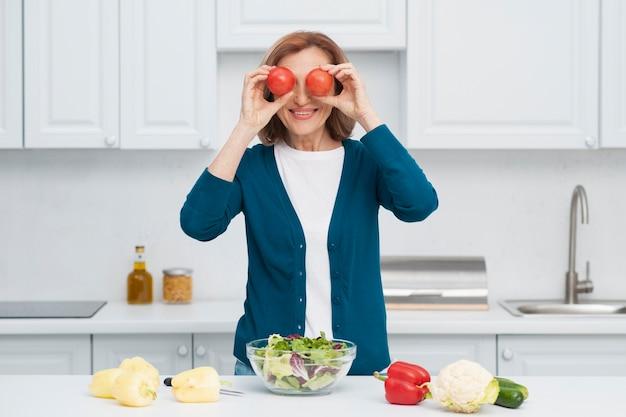 Portrait de femme jouant avec des légumes Photo gratuit