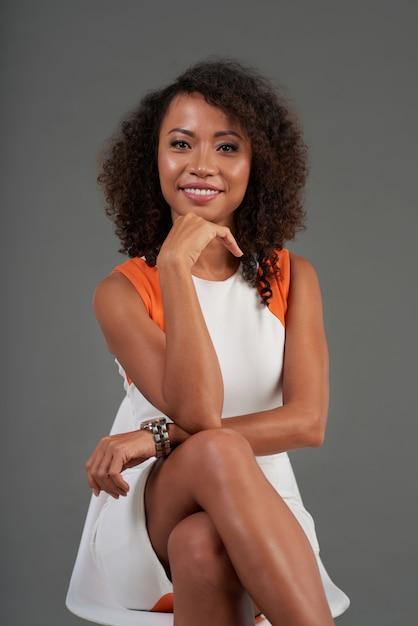Portrait de femme joyeuse assise en tailleur Photo gratuit
