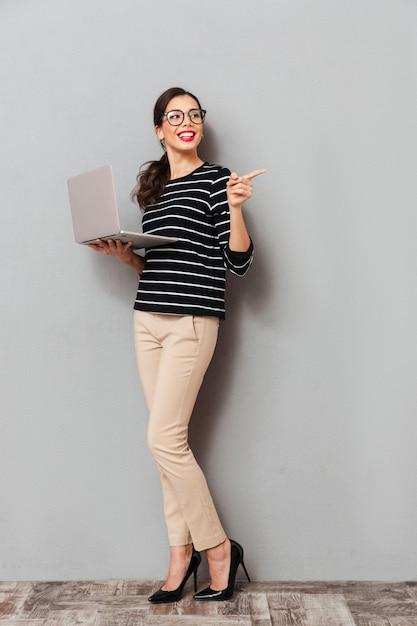 Portrait D'une Femme Joyeuse à Lunettes Photo gratuit