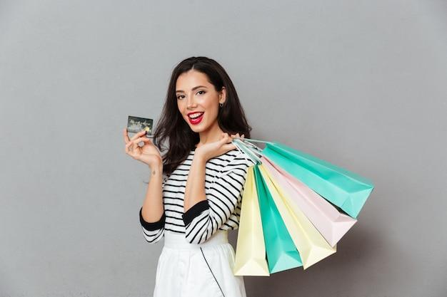 Portrait D'une Femme Joyeuse Montrant La Carte De Crédit Photo gratuit