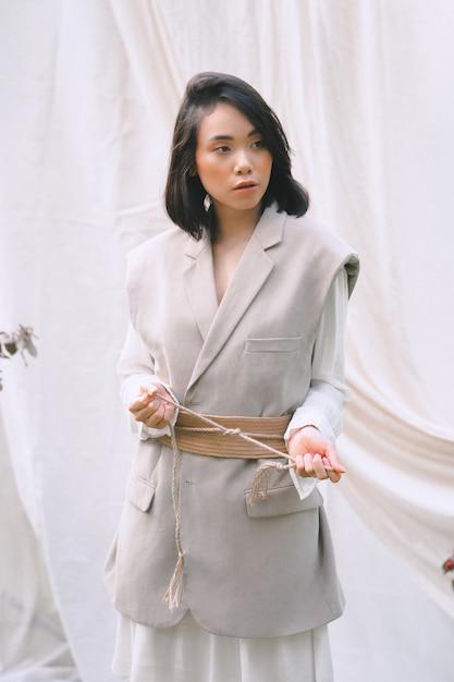 Portrait De Femme Magnifique Au Jardin Debout En Robe Blanche Et Grise Pendant La Journee Photo Gratuite