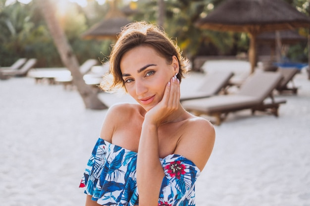 Portrait de femme en maillot de bain près du bateau près de l'océan Photo gratuit