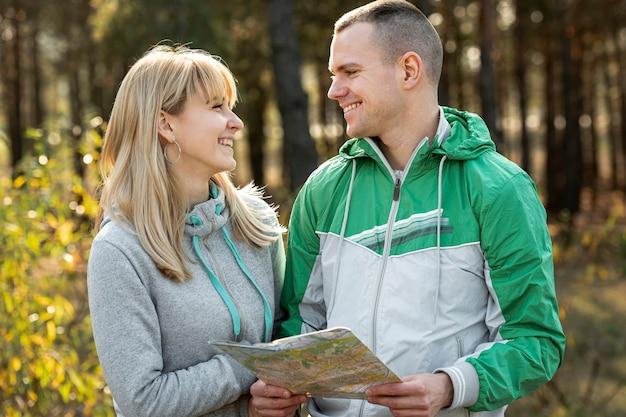 Portrait de femme et mari se regardant Photo gratuit
