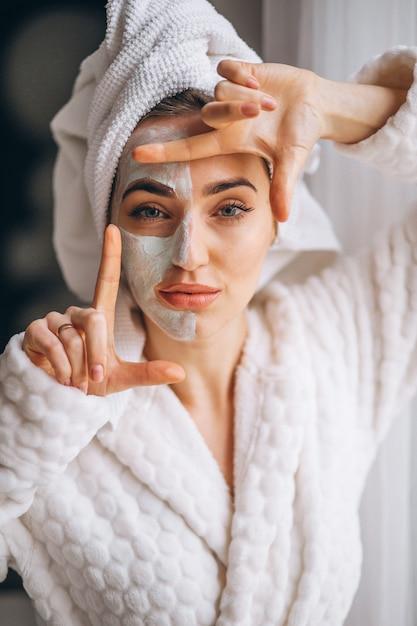Portrait d'une femme avec un masque facial Photo gratuit