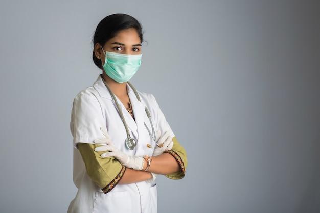 Portrait De Femme Médecin Portant Un Masque De Protection Et Des Gants Avec Un Stéthoscope. épidémie Mondiale De Concept De Coronavirus. Photo Premium