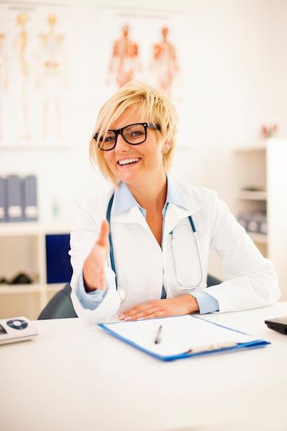 Portrait De Femme Médecin Souriant Offrant Une Poignée De Main Photo gratuit
