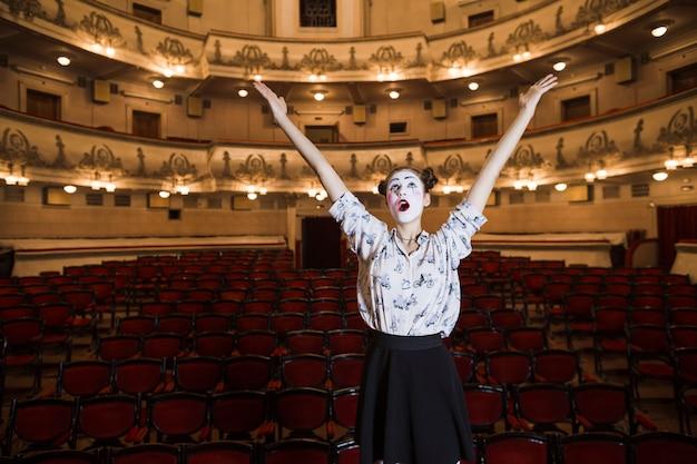 Portrait De Femme Mime Levant Ses Mains En Levant Les Yeux Photo gratuit