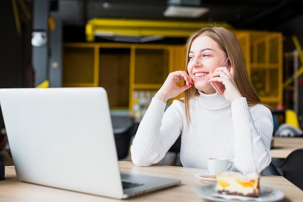 Portrait de femme moderne travaillant avec un ordinateur portable Photo gratuit