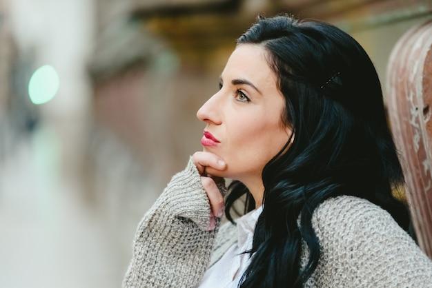 Portrait de femme mûre réfléchie avec des doutes. Photo Premium