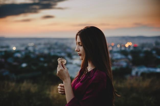 Portrait De Femme La Nature. Jolie Femme Joue Avec Un Pissenlit Photo gratuit