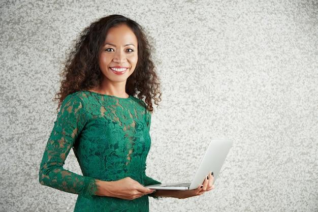 Portrait De Femme Avec Ordinateur Photo gratuit