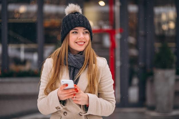 Portrait de femme parlant au téléphone dans la rue Photo gratuit