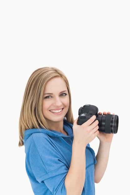Portrait de femme photographe heureuse avec appareil photo Photo Premium