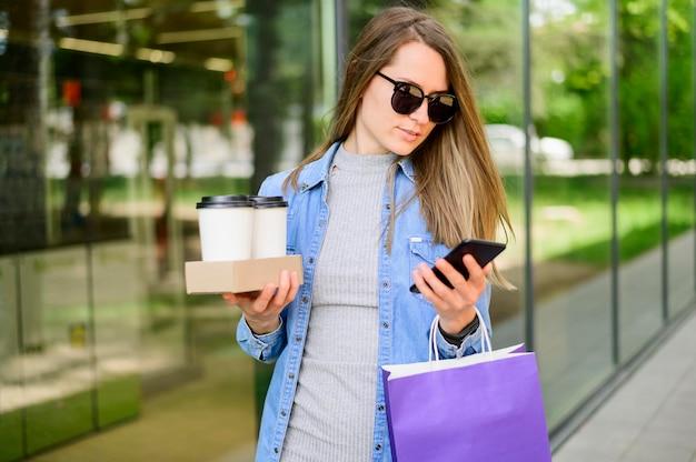 Portrait, Femme, Porter, Café, Achats, Sacs Photo Premium
