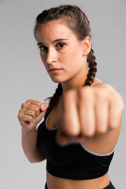 Portrait de femme en position de combat Photo gratuit