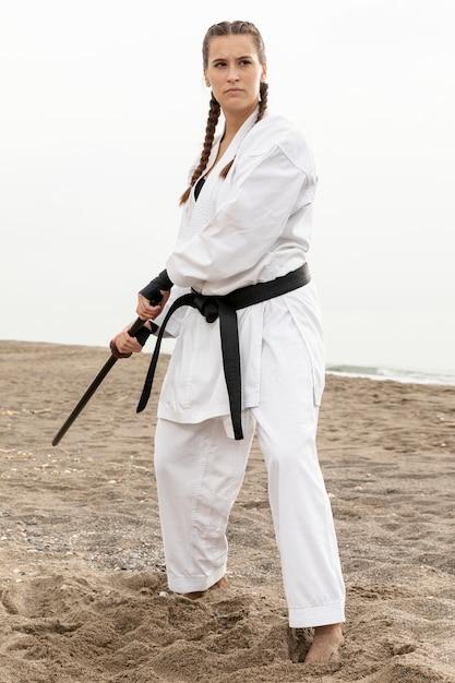 Portrait de femme pratiquant l'art martial Photo gratuit