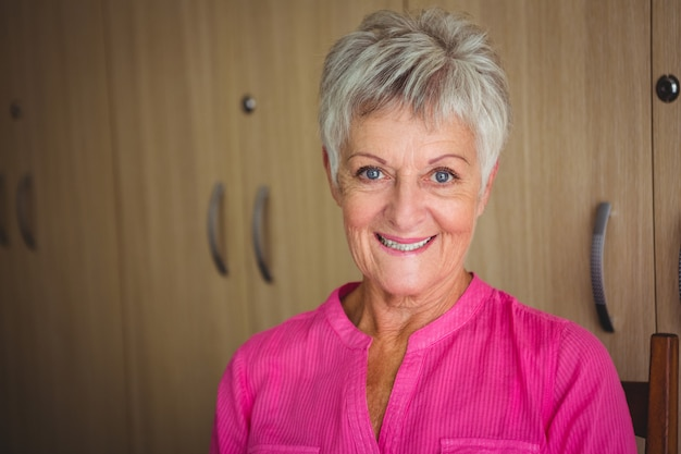 Portrait D'une Femme à La Retraite Souriante Photo Premium
