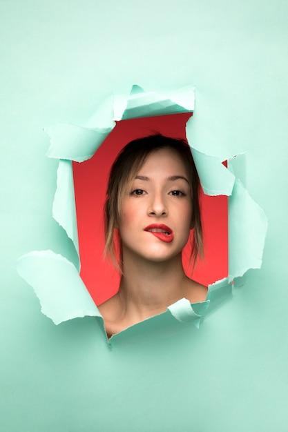 Portrait de femme se mordre la lèvre Photo gratuit