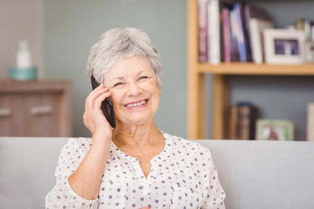 Portrait De Femme Senior à L'aide De Téléphone Portable Photo Premium