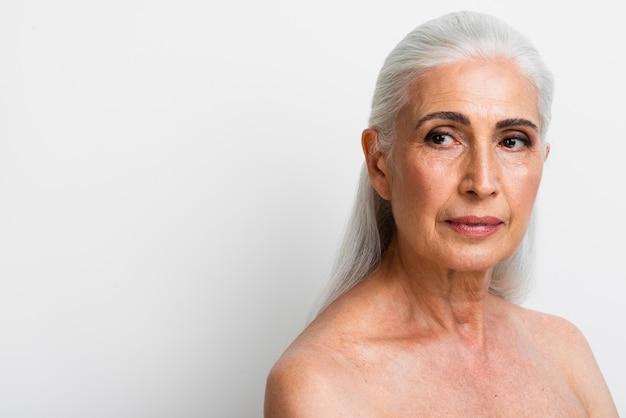 Portrait de femme senior aux cheveux gris Photo gratuit