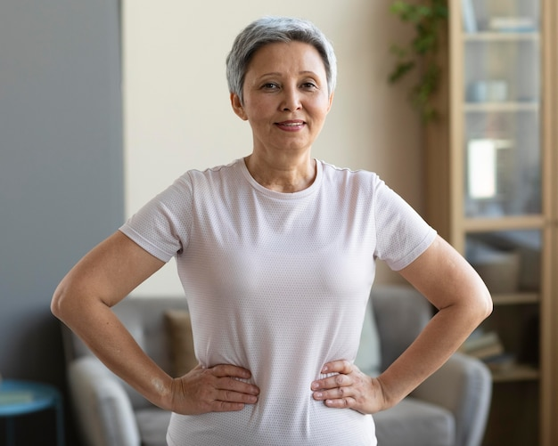 Portrait De Femme Senior Posant à La Maison Photo gratuit