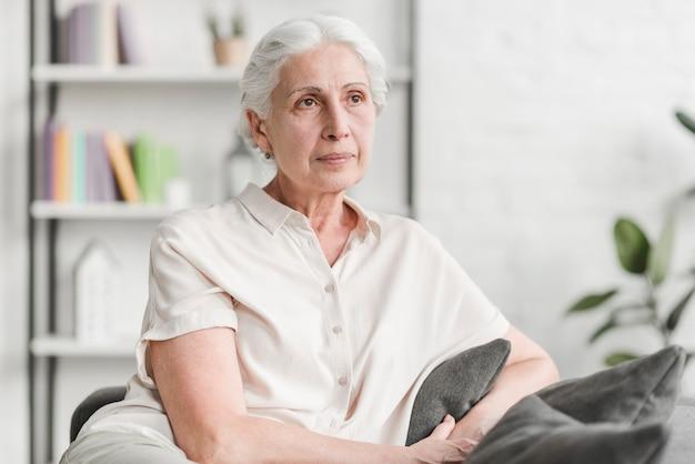 Portrait d'une femme senior Photo gratuit