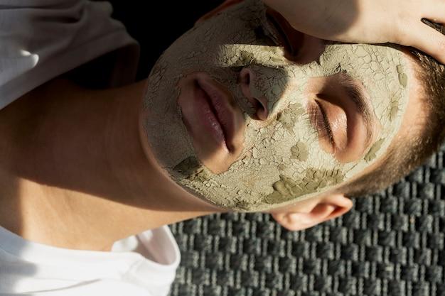 Portrait femme avec soin du visage à la boue Photo gratuit
