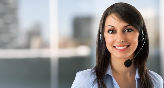 Portrait d'une femme souriante à l'aide d'un casque Photo Premium