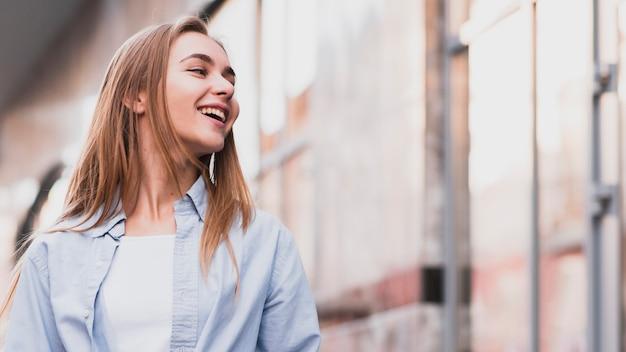 Portrait de femme souriante avec espace de copie Photo gratuit
