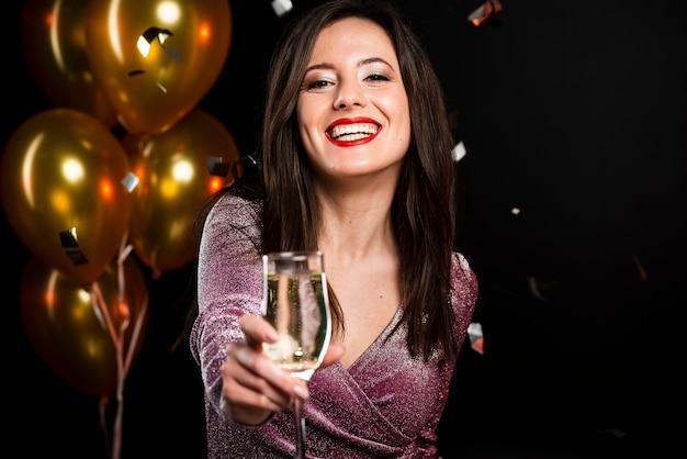 Portrait de femme souriante à la fête du nouvel an Photo gratuit