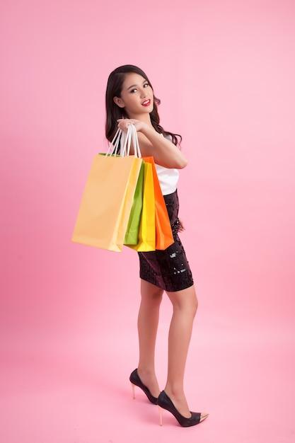Portrait de femme souriante heureuse cale sac à provisions Photo gratuit
